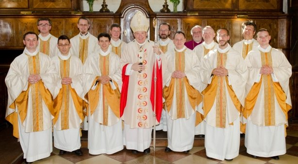 6 new priests, with cardinal Schönborn and the rectors and religious superior.